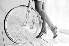 Muchacha con la bici en el cuarto Imágenes de archivo libres de regalías