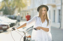 Muchacha con la bici retra Foto de archivo libre de regalías
