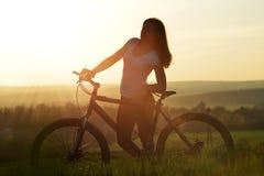 Muchacha con la bicicleta Fotografía de archivo libre de regalías
