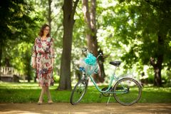 Muchacha con la bicicleta del vintage Fotos de archivo