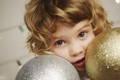 Muchacha con la bola de la Navidad Imagen de archivo libre de regalías