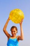 Muchacha con la bola de playa Imagenes de archivo
