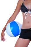 Muchacha con la bola de playa Imágenes de archivo libres de regalías