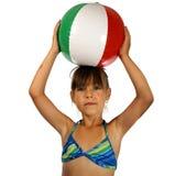 Muchacha con la bola de playa Fotos de archivo