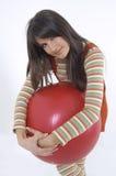 Muchacha con la bola del entrenamiento imagen de archivo
