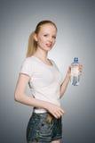 Muchacha con la botella de agua Fotos de archivo libres de regalías