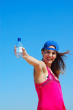 Muchacha con la botella de agua Foto de archivo libre de regalías
