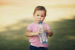 Muchacha con la botella de agua mineral Imagen de archivo