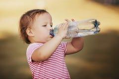 Muchacha con la botella de agua mineral Fotos de archivo
