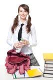 Muchacha con la botella de yogur en escuela Imagenes de archivo