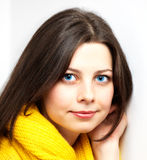 Muchacha con la bufanda amarilla Foto de archivo libre de regalías