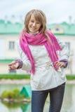 Muchacha con la bufanda rosada fotos de archivo