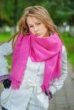 Muchacha con la bufanda rosada foto de archivo