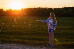 muchacha con la burbuja de jabón al aire libre Imagenes de archivo