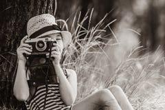 Muchacha con la cámara fotos de archivo libres de regalías