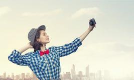 Muchacha con la cámara de la foto Fotografía de archivo libre de regalías