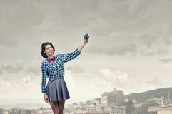 Muchacha con la cámara de la foto Fotos de archivo libres de regalías
