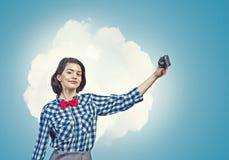 Muchacha con la cámara de la foto Foto de archivo libre de regalías