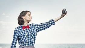 Muchacha con la cámara de la foto Imagenes de archivo