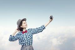 Muchacha con la cámara de la foto Fotografía de archivo