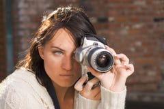 Muchacha con la cámara de la foto de SLR Imagenes de archivo