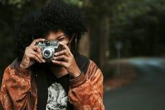 Muchacha con la cámara de la foto del vintage Imágenes de archivo libres de regalías