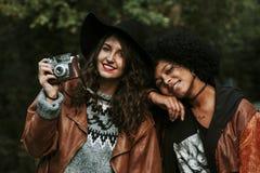 Muchacha con la cámara de la foto del vintage Imagenes de archivo