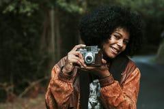 Muchacha con la cámara de la foto del vintage Fotografía de archivo libre de regalías