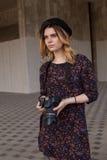 Muchacha con la cámara digital Imágenes de archivo libres de regalías