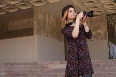 Muchacha con la cámara digital Fotos de archivo