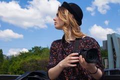 Muchacha con la cámara digital Fotos de archivo libres de regalías