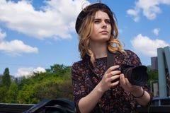 Muchacha con la cámara digital Fotografía de archivo