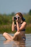 Muchacha con la cámara en agua Imágenes de archivo libres de regalías