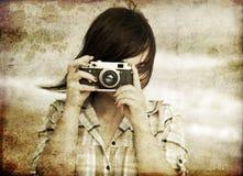 Muchacha con la cámara en el mar. fotografía de archivo