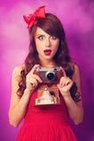 Muchacha con la cámara retra Imagenes de archivo