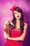 Muchacha con la cámara retra Imagen de archivo libre de regalías