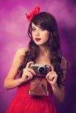 Muchacha con la cámara retra Fotos de archivo libres de regalías