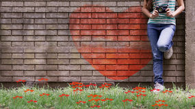 Muchacha con la cámara retra y el corazón pintado Foto de archivo libre de regalías