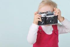 Muchacha con la cámara vieja fotografía de archivo