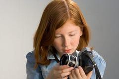 Muchacha con la cámara vieja de la foto de SLR Fotografía de archivo libre de regalías