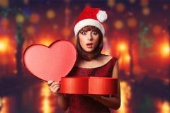 Muchacha con la caja de la Navidad Imagen de archivo libre de regalías