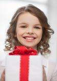 Muchacha con la caja de regalo Fotografía de archivo
