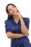 Muchacha con la camisa azul en la expresión de pensamiento Fotos de archivo libres de regalías