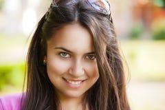 Muchacha con la cara hermosa que presenta al aire libre Foto de archivo