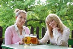 Muchacha con la cerveza Fotos de archivo