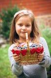 Muchacha con la cesta de fruta ecológica Fotos de archivo
