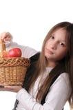 Muchacha con la cesta de manzanas Fotos de archivo