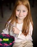 Muchacha con la cesta de Pascua foto de archivo libre de regalías