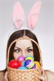 Muchacha con la cesta del huevo de Pascua Foto de archivo
