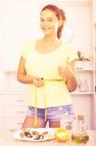 Muchacha con la cinta métrica Foto de archivo